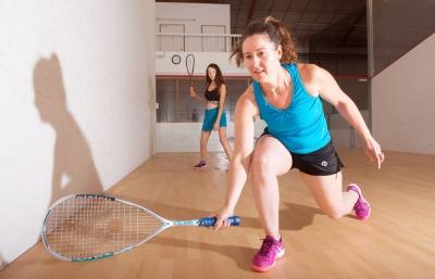 Jouer au Squash en duo chez D'Sports & Co, votre club de sport indoor unique à Nantes