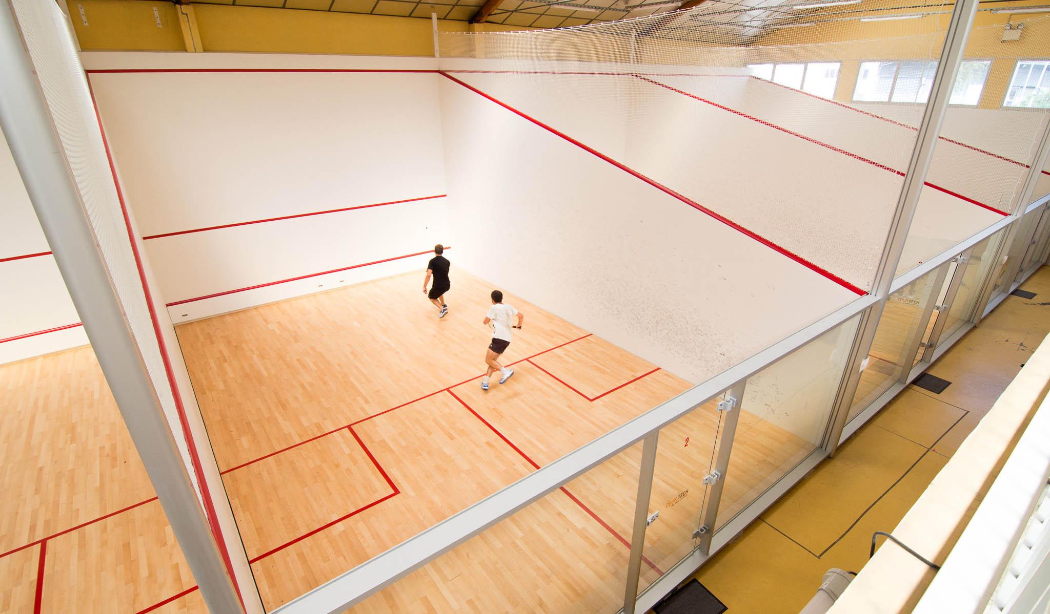 Vue globale des terrains de Squash chez D'Sport & Co - Club squash, beach indoor, cardio & zen, unique à Nantes
