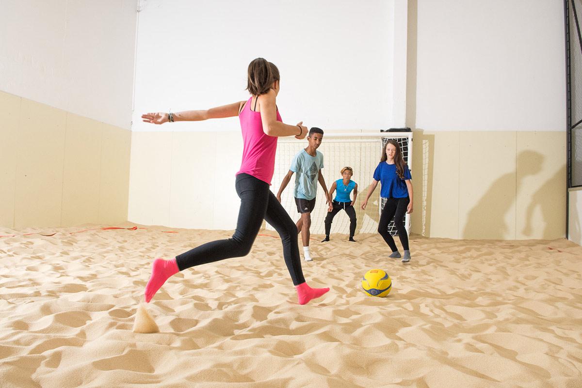 Jouer au Beach Soccer sur notre Beach Indoor unique à Nantes - D'Sport & Co